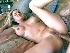 Blondīne seduced porno puisis parādīja ziņkārīga, draudzenei lomu spēli ar