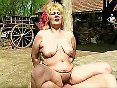 Porno ir milzīga kundze greznas piedalās vētrainas orģijas ar divkāršu laiku