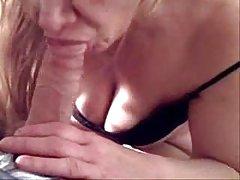 Porno orģijas pieaugušu dzelksnis masturbē ar pirkstiem pie kameras un beidz