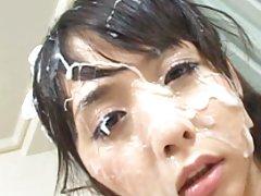Privāts porno video brunete ar lielām acīm un skaistām krūtīm ilgi sūkā locekli mīļāko un dzer svaigu spermu