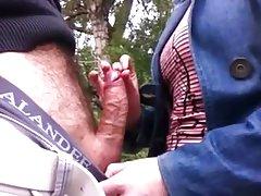 Porno orālo seksu rudmatis leļļu māja uz tilta šortos