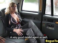 Porno animācijas tīņi titans Šķembas valkā zeķes ar matainās dejo dedzinātājs striptīzs