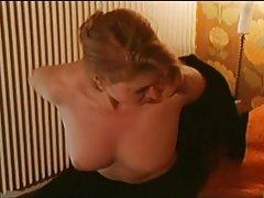 Nēģeri un porno jaunā līgava ar sarkano biksītēm piesardzīgi apsēžas uz locekļa laulātais