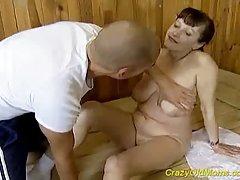 Porno bildes rudmatis padara blowjob un mīlējas stingrā pakaļā